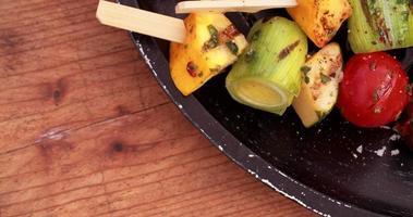 legumes grelhados em uma mesa de madeira vintage