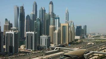 imagem panorâmica de torres em uma cidade, dubai, emirados árabes unidos video