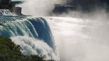 Niagara fällt in die Sonne. Das Schiff ist eine riesige Wolke aus Sprühnebel und Nebel und segelt von den Touristen weg. prores hq 422 10 bit video