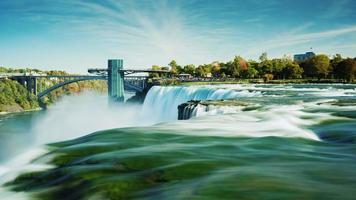 extraordinariamente belas cataratas do Niágara. dia claro de outono. na foto, duas cachoeiras