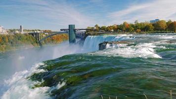 rio e cataratas do Niágara. o poderoso fluxo de água em primeiro plano. um dos interesses mais populares de nova york - as cataratas do Niágara