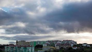 dunkle schwere Gewitterwolken über der Stadt video