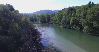 Luftaufnahme eines Flusses mit Kajaks video