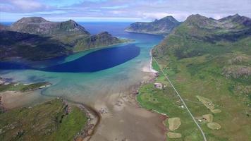 Route panoramique autour du fjord sur les îles Lofoten en Norvège