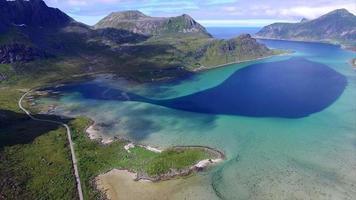 Vue aérienne de la route panoramique autour du fjord sur les îles Lofoten en Norvège