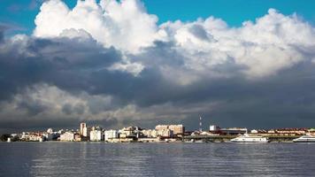 nubes mullidas sobre la ciudad y la terminal de ferry video