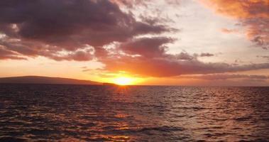 erstaunliche dramatische Aussicht auf den Sonnenuntergang. 4k Luftaufnahme fliegt tief über Ozean video