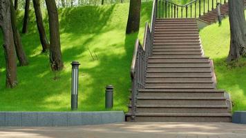 granieten trap in park. trap in groen park. stenen trap in stadspark