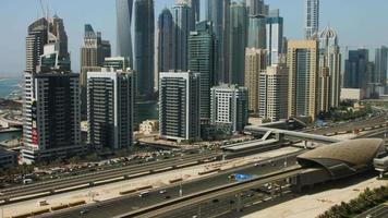 Pan shot de tours dans une ville, Dubaï, Émirats Arabes Unis