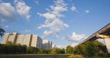 Rússia. Moscou - 2014: edifício residencial tl e um monotrilho.
