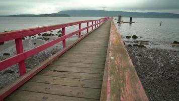 Tiro de la plataforma rodante de fernwood dock, salt spring island, bc, 4k. uhd video