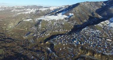 pueblo de nieve de invierno. turismo de montaña. temporada de invierno