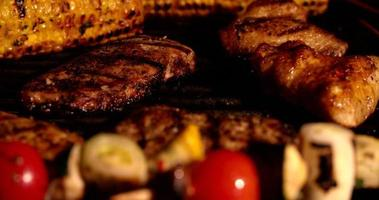 Fuego de barbacoa con variedad de carnes y verduras para asar