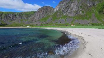voando sobre a praia nas ilhas lofoten, noruega video