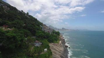 vista de vuelo cerca de una montaña y acercándose a la carretera morro do vidigal con una hermosa vista de las rocas