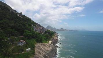 survolant la côte de la ville de rio de janeiro, fait dans un drone uhd 4k