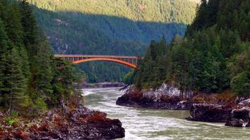 ponte em arco sobre o rio Fraser, água verde e floresta escura, paisagem video