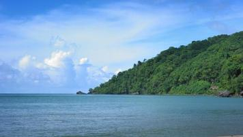 malerische Ansicht des Strandes gegen bewölkten Himmel, Trinidad, Trinidad und Tobago video