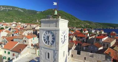 Vista aerea del museo dei pescatori di Komiza sull'isola di Vis, Croazia video