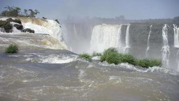 plan de la rivière iguazu, frontière entre le Brésil et l'Argentine. immense rivière avec un ciel bleu en une journée d'été. amérique du sud, sept nouvelles merveilles. video
