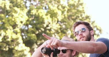 amici alla moda che scattano fotografie con la fotocamera