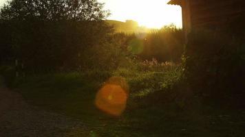 La luz del sol y el pintoresco paisaje rural en la puesta de sol en Altai, Rusia
