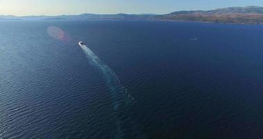 Vista aérea del ferry en el hermoso mar Adriático, Croacia