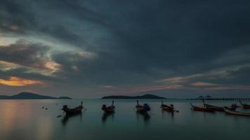 Thailandia phuket island rawai beach sunrise panorama 4k lasso di tempo video