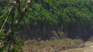 viaggio aereo sul fiume iguazu e all'ingresso delle cascate.