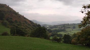 Gales do norte rural com vista para o farelo de castell dinas perto de llangollen video