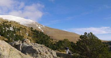 panorama di montagna vall de nuria con ragazza fotografo 4K