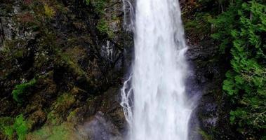 aérea voando em uma enorme cachoeira bela paisagem de floresta natural