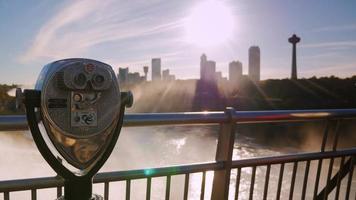 Ein münzbetriebener Fernglas-Betrachter in Niagara Falls mit Blick auf die unscharfen Fälle im Hintergrund video