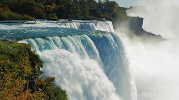 la famosa cascada de las cataratas del niágara, un lugar popular entre los turistas de todo el mundo. la vista desde el lado americano. en la imagen se pueden ver a la vez dos cascadas prores hq 422 video de 10 bits