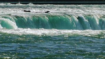 riachos de água das poderosas cataratas do Niágara