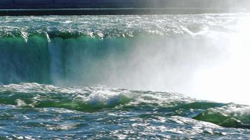 rios de água das poderosas cataratas do Niágara. tiro pan