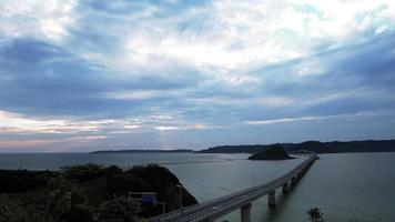 time-lapse-clip van tsunoshima-brug in zonsondergang video