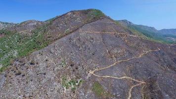 luchtfoto van een verbrande berg na brand. 4K-clip vastgelegd met een drone-camera