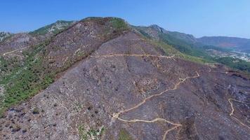 Clip aéreo 4 k de una zona de montaña quemada capturada con cámara de drone video