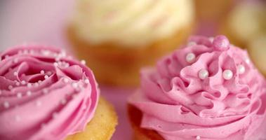 cupcakes rosa e bianchi splendidamente decorati video