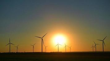 puesta de sol-planta de energía eólica-turbinas eólicas video