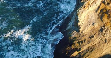Vista aérea que revela la costa de acantilados rocosos con una increíble luz del amanecer en el noroeste del Pacífico video