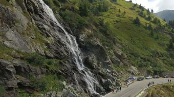 Ripresa aerea 4 k della cascata di capra nelle montagne di fagaras