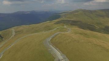 Foto aérea de 4k da estrada transalpina