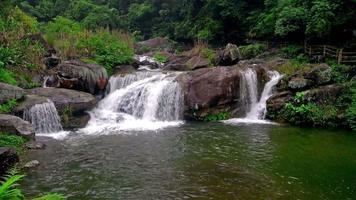 três cachoeiras correndo em um rio com som 4k video