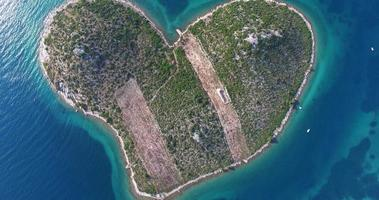 vista aerea isola di galesnjak, isola degli innamorati, croazia video