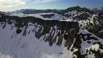 antenna estiva della neve che si scioglie nella catena montuosa della cascata