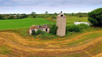 movimento panorâmico sobrevôo das velhas ruínas do celeiro, silo