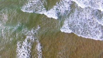 tiro aéreo de drone: tiro de rastreamento de respingos de ondas do mar video
