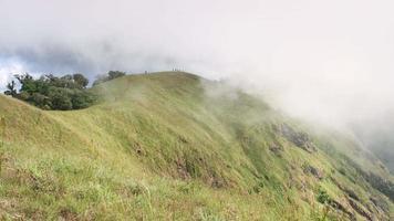 nube di lasso di tempo sulla catena montuosa .chiang mai thailandia